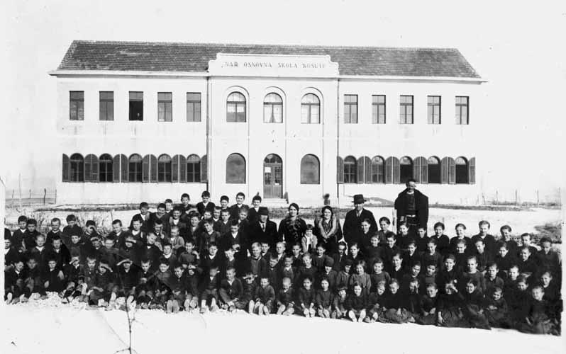 Djeca, učitelji i učiteljice ispred PŠ u Košutama nakon 1932. (Vl. ob. pok. N. Dukić)