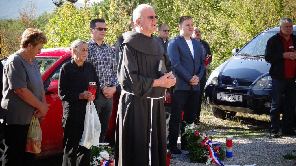 Župnik Turjaka fra Petar Gulić moli odrješenje na Kukuzovcu 24.9.2017.
